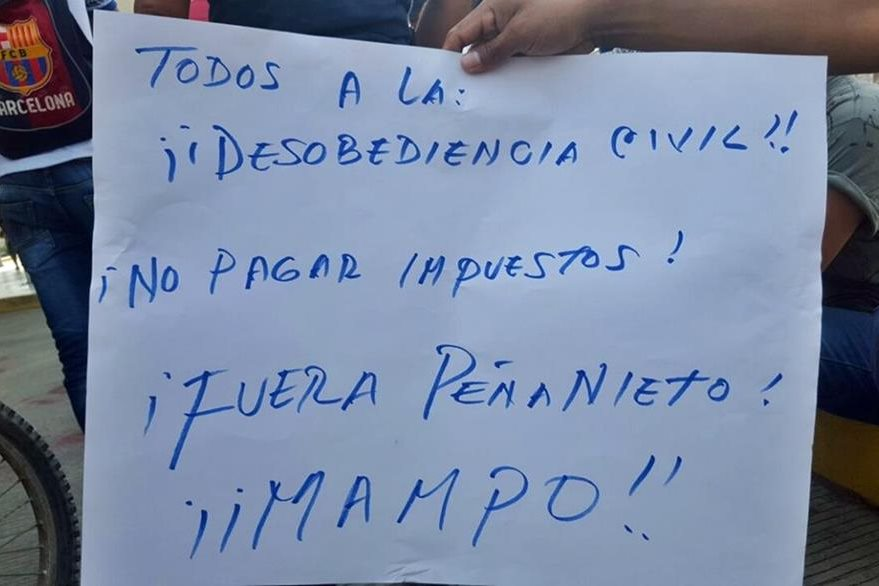 Pobladores exigen la renuncia del presidente Enrique Peña Nieto y llaman a no pagar impuestos. (Foto Prensa Libre: Álex Coyoy)