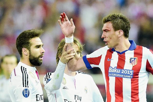 Mario Mandzukic discute con Dani Carvajal luego de las faltas cometidas por el español sobre el croata. (Foto Prensa Libre: AFP).