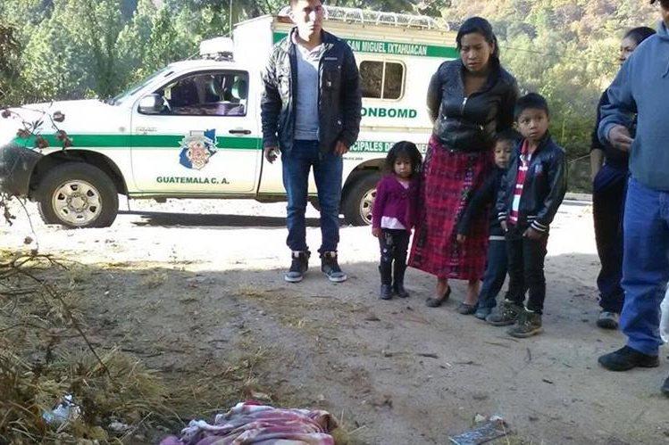 Vecinos de la colonia Loma Linda, San Miguel Ixtahuacán, San Marcos, localizaron a una niña abandonada. (Foto Prensa Libre: Aroldo Marroquín)