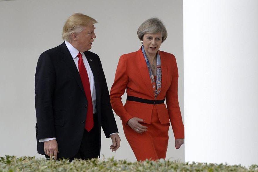 El presidente estadounidense, Donald Trump (i), camina junto a Theresa May (d), en la Casa Blanca, en Washington. (Foto Prensa Libre: EFE)