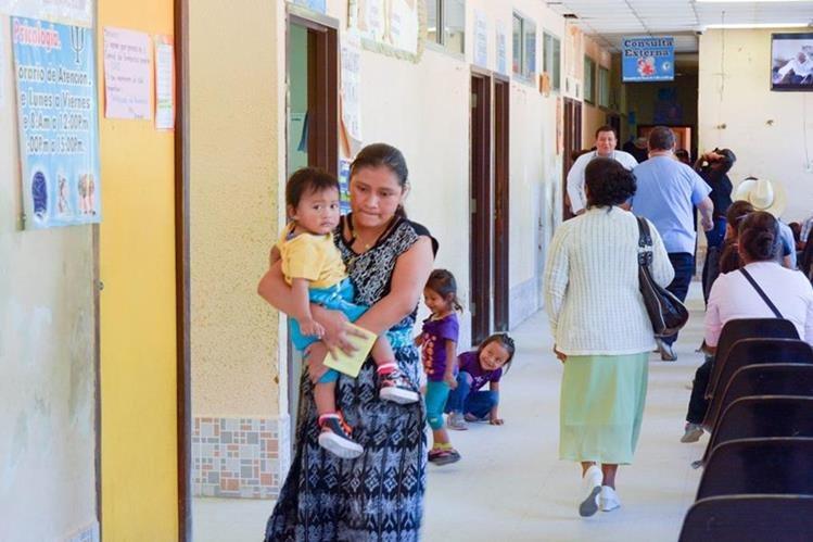 Madre lleva en brazos a su hijo, luego de haber sido examinado en el Hospital Nacional de Baja Verapaz. (Foto Prensa Libre: Carlos Grave).