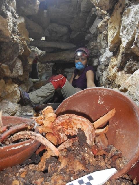 Arqueóloga Griselda Pérez durante la excavación en junio pasado. (Foto Prensa Libre: Cortesía de Proyecto Arqueológico Waka´y Ministerio de Cultura y Deportes de Guatemala)