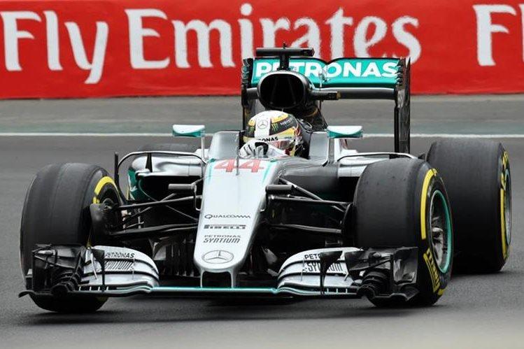 Lewis Hamilton impuso su ritmo en la primer sesión de entrenamientos. (Foto Prensa Libre: AFP)