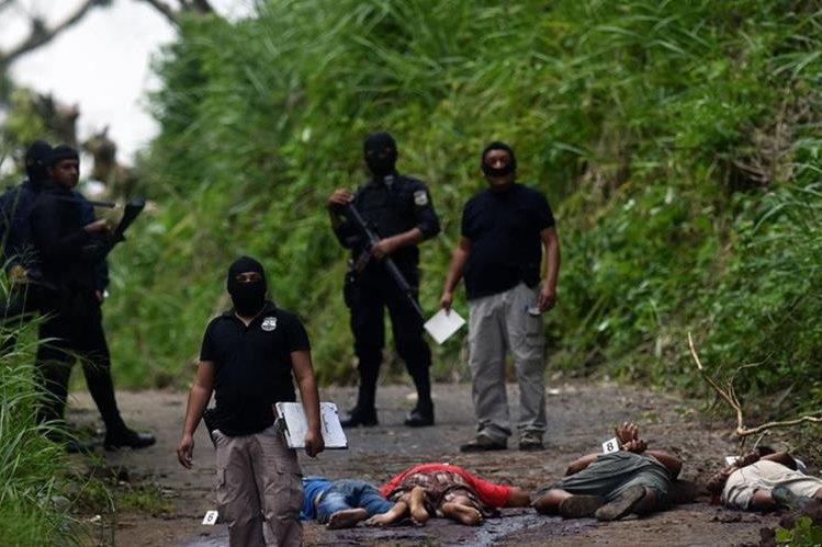 Los cadáveres quedaron en un camino vecinal. (Foto Prensa Libre: AFP).