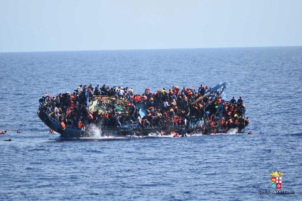 El vuelco de la embarcación a la altura del Canal de Sicilia, Italia. (EFE).