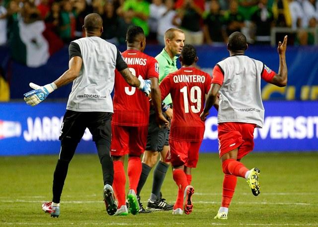 Los jugadores panameños se mostraron unidos a pesar de la tristeza. (Foto Prensa Libre: AP)