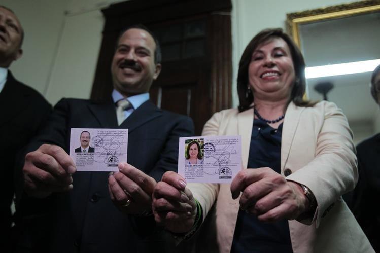 Mario Leal y Sandra Torres reciben sus credenciales como candidatos a la Presidencia.