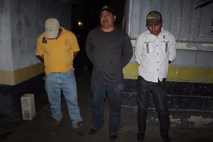 Los tres presuntos delincuentes capturados. (Foto Prensa Libre: Walfredo Obando).