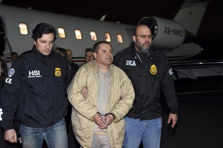 El 19 de enero del 2017, efestivos de las fuerzas de seguridad estadounidenses acompañan a  el Chapo Guzmán.(AP).