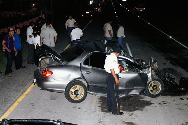 El auto donde viajaba Samuel Israel Ic García quedó destruido debido al choque con un tráiler. (Foto Prensa Libre: Carlos Paredes)