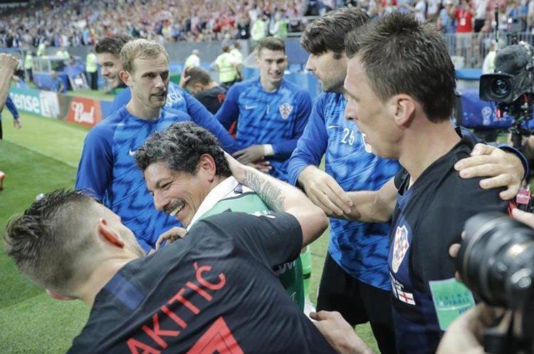 Yuri Cortez sonríe a Iván Rakitic.
