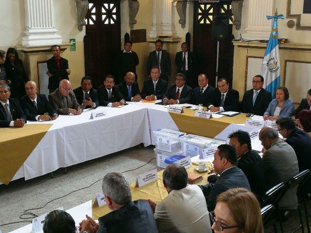 Diputados y grupos religiosos y pro-familia, en diálogo sobre el aborto y el matrimonio homosexual. (Foto Prensa Libre: Jessica Gramajo)