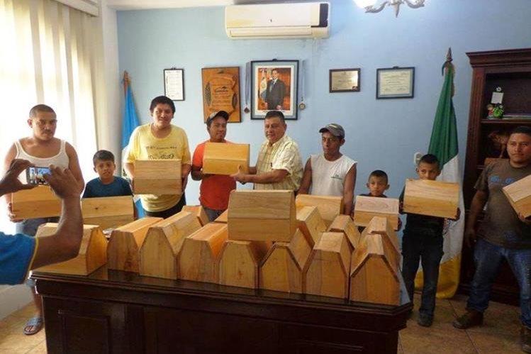 Las cajas de lustre fueron entregadas por el alcalde a jóvenes del mercado de San Luis, Petén. (Foto Prensa Libre: Facebook)