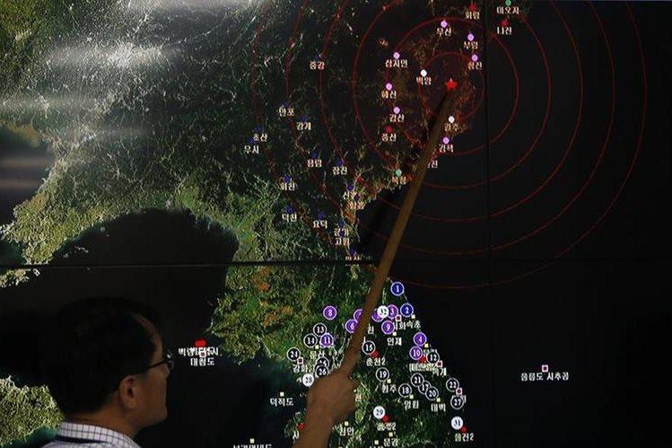 El director de la división de monitoreo de terromotos y volcanes de la Administración Meteorológica de Corea del Sur, Ryoo Yong-Gyu, muestra el movimiento sísmico de Corea del Norte en el Centro Administrativo Meterológico de Korea en Seúl (Corea del Sur). (Foto Prensa Libre: EFE)