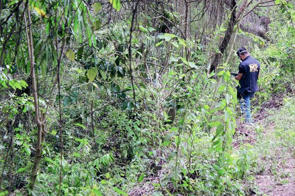 El cadáver  fue localizado en un área montañosa de la aldea San Miguel Morazán, El Tejar, Chimaltenango. (Foto Prensa Libre: José Rosales)
