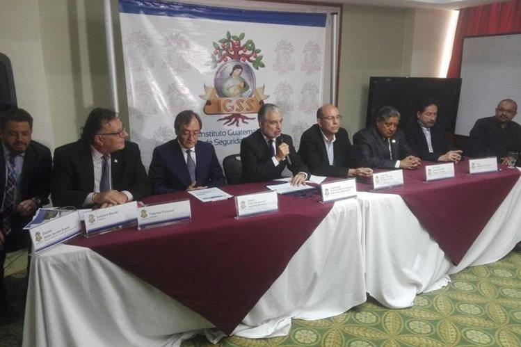 Autoridades del IGSS y de Unops en conferencia de prensa informan sobre el ahorro obtenido en la adquisición de medicamentos. (Foto Prensa Libre: Manuel Hernández)