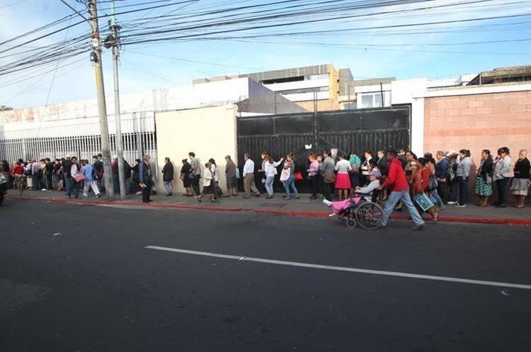 Para ingresar a la Consulta Externa del Hospital General San Juan de Dios, la fila se extendió por más de media cuadra sobre la 1 avenida y la 12 calle. (Foto Prensa Libre: Érick Ávila)