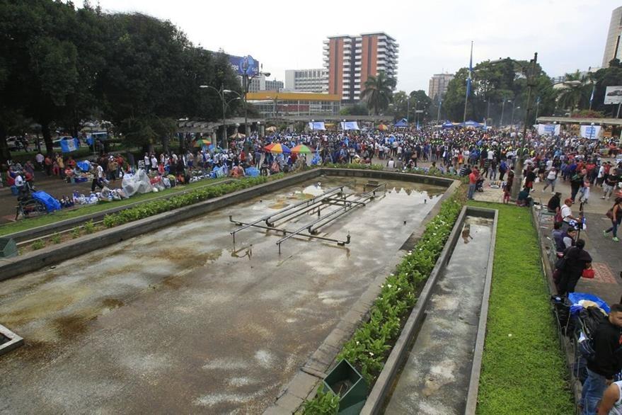 Estudiantes participan en el encendido del fuego patrio en El Obelisco. (Foto Prensa Libre: Estuardo Paredes)