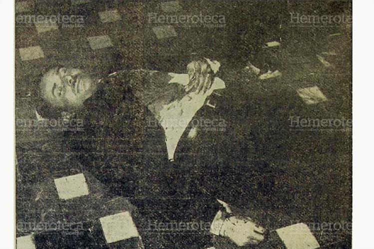 Castillo Armas yace en el suelo de un corredor de la Casa Presidencial el 26 de julio de 1957. (Foto: Hemeroteca PL)