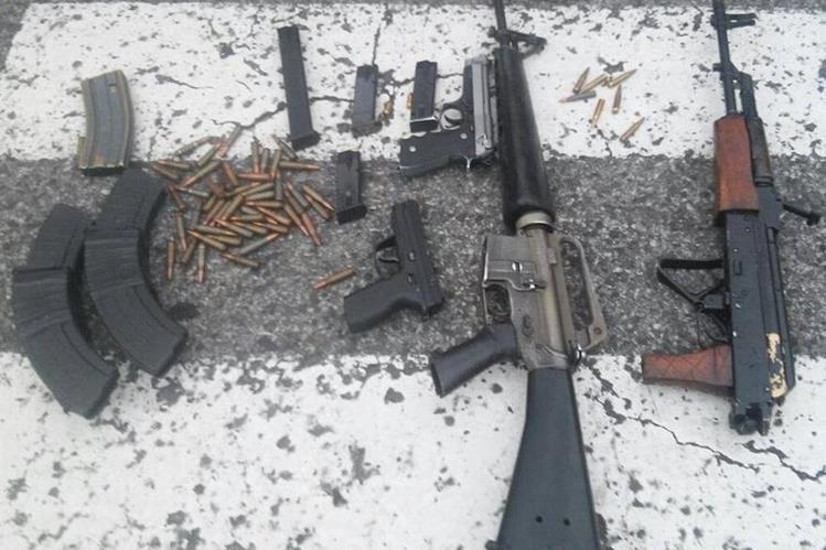Armas y municiones incautadas a dos menores la tarde del domingo en la zona 7. (Foto Prensa Libre: HemerotecaPL)