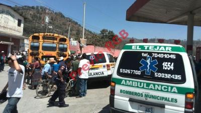 Cuerpos de socorro llegan km 49.5 de la ruta Interamericana, en El Tejar, Chimaltenango, donde un ayudante en un autobús murió a balazos. (Foto Prensa Libre: Víctor Chamalé)