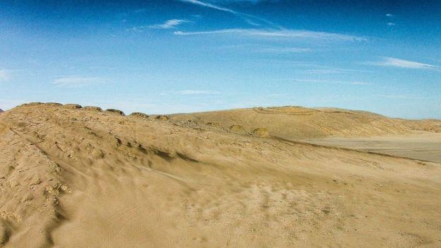 El diseño de Chankillo es armonioso en el paisaje del desierto. CÉSAR ABAD Y DANIEL MARTÍNEZ