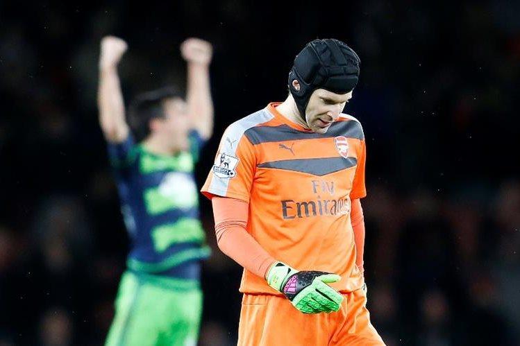 Petr Cech, del Arsenal, estará fuera de actividad hasta cuatro semanas. (Foto Prensa Libre: AP)