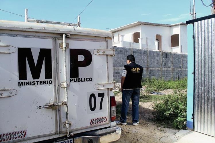 Perito del MP observa el lugar donde fue localizado el cadáver de un recién nacido, en Jalapa. (Foto Prensa Libre: Hugo Oliva)