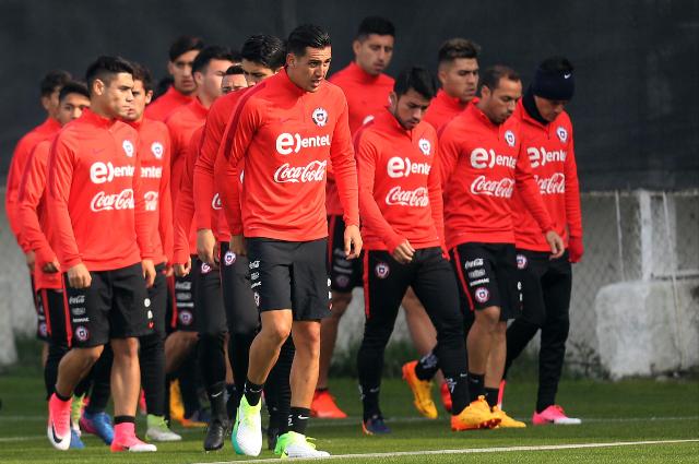 Los jugadores de la selección de Chile durante el entrenamiento en el Complejo Deportivo Juan Pinto Durán en Santiago, como preparación para la Copa Confederaciones. (Foto Prensa Libre: EFE)