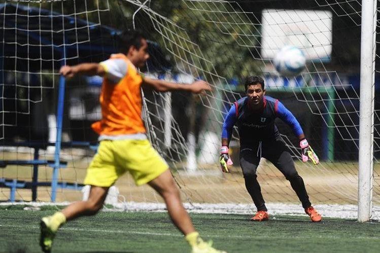 David Guerra, portero de la Usac, permanece atento durante el entrenamiento realizado este martes en el club Los Arcos. (Foto Prensa Libre: Francisco Sánchez).
