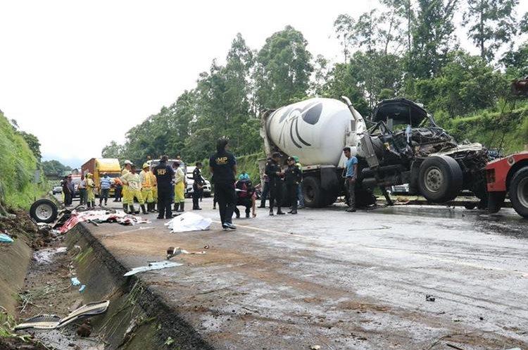 El camión que transportaba concreto chocó en la parte trasera del otro. (Foto Prensa Libre: Enrique Paredes)