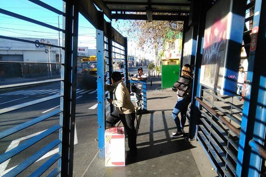 Las paradas del Tranurbano lucen vacías, pues los usuarios buscan otras alternativas para viajar. (Foto Prensa Libre: Estuardo Paredes)