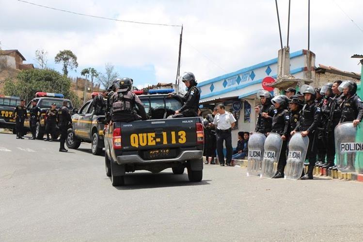 Agentes de la PNC resguardan sede policial de Santa María Chiquimula, durante disturbios registrados el 3 de este mes. (Foto Prensa Libre: Édgar Domínguez).