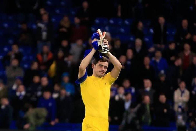 Casillas aplaude al final del partido que el Porto perdió contra el Chelsea y que los dejó fuera de la Liga de Campeones de Europa. (Foto Prensa Libre: AP)