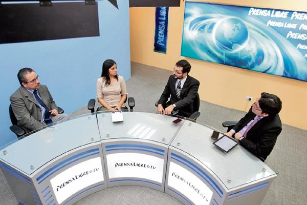 Los analistas Andrea Morales y Jorge Wong —al centro— conversan con el editor Carlos Castañaza y el periodista José Manuel Patzán, durante el programa Diálogo Libre.