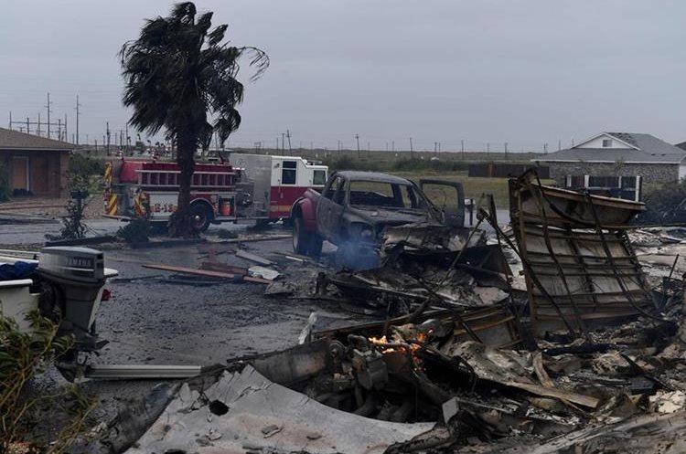 257/5000 Una casa y varios vehícolos quedaron dañados por el huracán Harvey en Corpus Christi, Texas.(AFP).