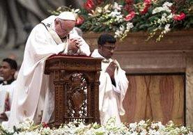 El papa Francisco ora por la paz en el mundo durante su tradicional mensaje de Navidad. (Foto Prensa Libre: AFP).