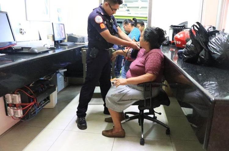 Los pasajeros presentaban crisis nerviosa y algunos golpes que los asaltantes les propiciaron. (Foto Prensa Libre: CBM)