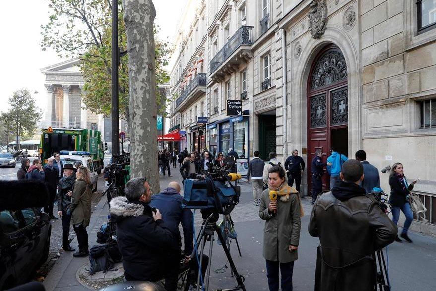 Kim Kardashian se hospedaba en un apartamento en el centro de París, lugar a donde ingresaron hombres armados para robar una fortuna en joyas. (Foto Prensa Libre: AFP)