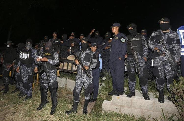 """Un grupo de agentes de la fuerza especial Cobras de la Policía de Honduras se declara en huelga de """"brazos caídos"""". (Foto Prensa Libre: EFE)."""