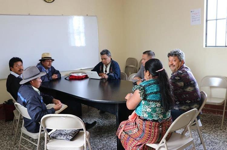 Miembros de sociedad civil iban a evitar que Juan Panjoj Mosquit asumiera el cargo. (Foto Prensa Libre. Héctor Cordero)