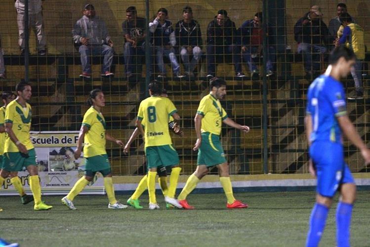 Con poca presencia de público, Adrián Apellaniz anotó el gol de triunfo de Petapa frente a Cobán Imperial. (Foto Prensa Libre: Jesús Cuque)