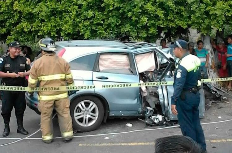 Autoridades resguardan el lugar donde se registró el accidente de tránsito. (Foto Prensa Libre: Whitmer Barrera).