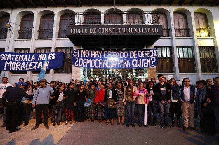 """Guatemaltecos protestaron este martes 8 de enero frente a la Corte de Constitucionalidad, con la consigna de """"No al Moralazo"""". Los manifestantes portaron carteles en los cuales exigían al Gobierno que acate las resoluciones de la CC. (Foto Prensa Libre: Érick Ávila)"""