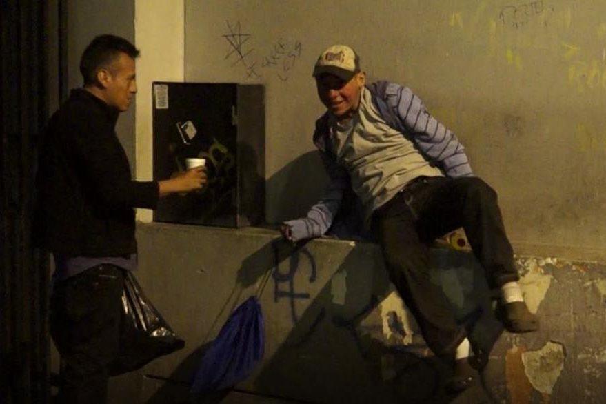 Durante varias horas, Kennett Bran recorrió la zona 1 para regalar comida, atol y abrigo. (Foto Prensa Libre: Juan Carlos Rivera)