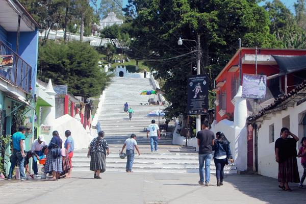 Jornada de  limpieza de las gradas de la iglesia de El Calvario, en Cobán, Alta Verapaz.  (Foto Prensa Libre: Ángel Martín Tax)