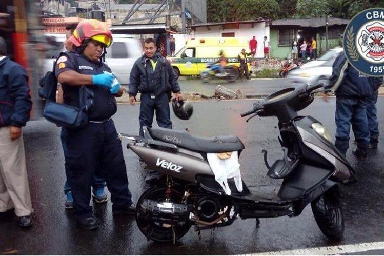 Esta es la motoneta en la que viajaba José Ramón de León Navas. (Foto Prensa Libre: Bomberos Municipales)