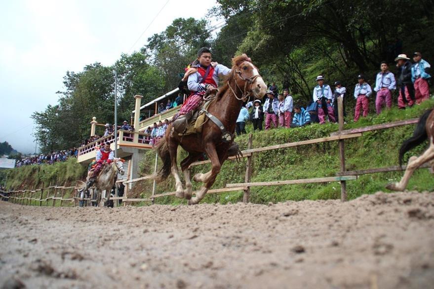 A pesar de que los jinetes no conocen a los caballos, estos se desplazan a  gran velocidad. (Foto Prensa Libre: Mike Castillo)