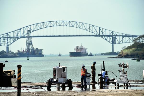 Vista del Canal de Panamá donde se observa a algunos trabajadores.  (Hemeroteca PL).
