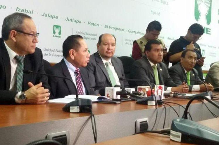 Diputados de la UNE analizan solicitar retirar el derecho de antejuicio al Presidente por reunirse con dueños de TCQ. (Foto Prensa Libre: Álvaro Interiano)